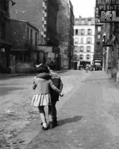 Vieux Paris - Enfants garcon et fille a Montmartre en 1948.jpg